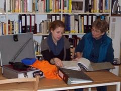 Zwei Nutzerinnen der Mediothek bei der Arbeit