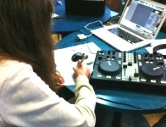 Professionell mixten die Teilnehmer am Pult und Computer.