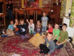 Die Kinder bauen eine ägyptische Pyramide