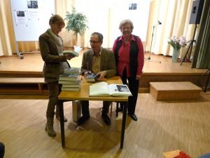 Anne Alfen von der Buchhandlung Dollendorfer Bücherstube, Volker Kutscher und Büchereileiterin Rosemarie Gesche